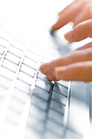 Photo pour Gros plan vue floue de la main masculine touchant clavier d'ordinateur - image libre de droit