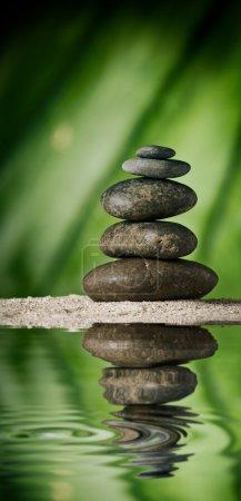 Photo pour Vue rapprochée des pierres grises sur le dos couleur - image libre de droit