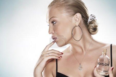 Photo pour Portrait haut de gamme de jeune femme sur le dos bleu - image libre de droit