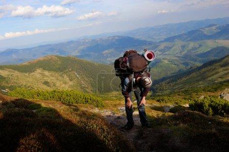Photo pour L'homme se fatiguait à soulever sur la montagne - image libre de droit