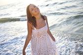 Hezká mladá žena na pláži