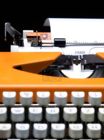 Foto de Vista de cerca de la máquina de escribir y la palabra prensa escrita en el papel. - Imagen libre de derechos