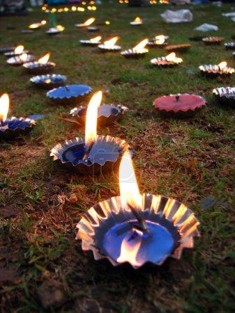 Photo pour Un arrangement de lampes / bougies colorées, allumées à l'occasion du festival Diwali en Inde . - image libre de droit