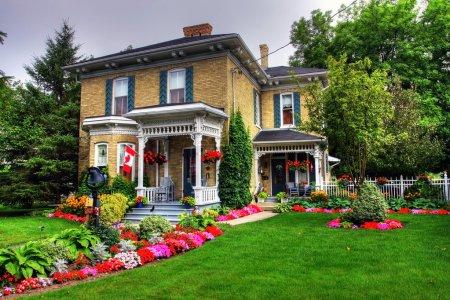 Photo pour Cottage de style victorien et jardin à goderich, canada - image libre de droit