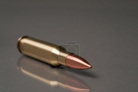 Photo pour Pistolet balle mensonge sur un gris bg - image libre de droit
