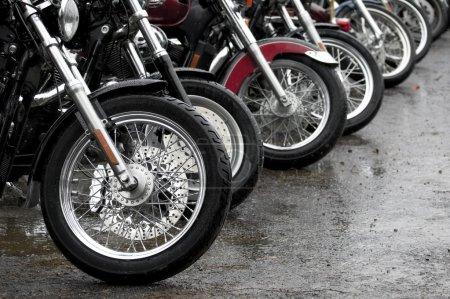 Photo pour Ligne de motos garées ensemble un jour de pluie - image libre de droit