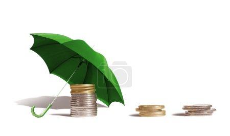 Photo pour Pièces sous un parapluie sur fond blanc . - image libre de droit