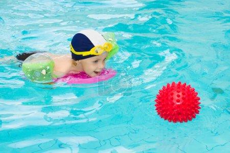 Foto de Formación de niños en pileta de natación, natación niños jugando a la pelota de agua, niño interior, 3 años de edad - Imagen libre de derechos