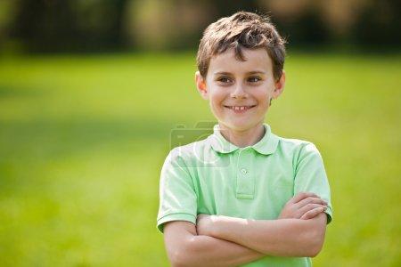 Photo pour Portrait d'un beau petit garçon en plein air dans un parc - image libre de droit