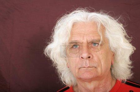 Photo pour Homme plus âgé avec les cheveux gris posant - image libre de droit