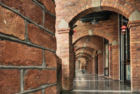 Photo pour Architecture de l'ancien couloir de brique de couleur rouge. - image libre de droit