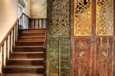 Photo pour Escalier dans un style traditionnel chinois avec porte en bois. - image libre de droit