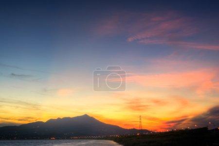 Photo pour Paysage urbain de ciel coloré au coucher du soleil au crépuscule dans la ville de Taipei, Taiwan . - image libre de droit