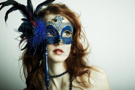 Photo pour La belle jeune fille dans un masque mystérieux - image libre de droit