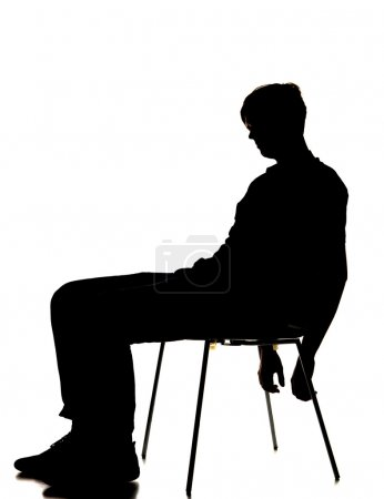Photo pour Silhouette d'un homme assis sur une chaise - image libre de droit