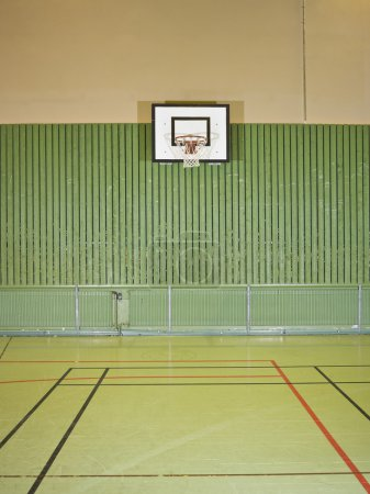 Photo pour Intérieur d'une salle de gym avec un terrain de bsketball - image libre de droit