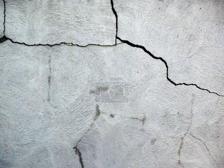 Photo pour Gros plan sur fondation de maison fissurée endommagée en blocs de ciment . - image libre de droit