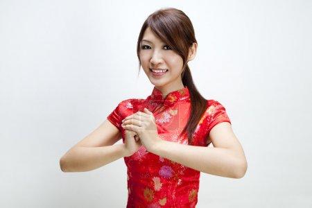 Photo pour Fille orientale en vous souhaitant un joyeux nouvel an chinois - image libre de droit