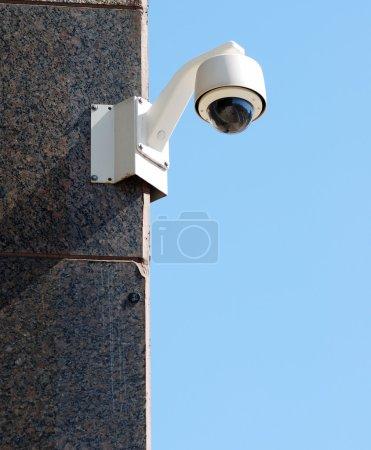 Photo pour Caméra de sécurité / surveillance contre un ciel bleu clair - image libre de droit