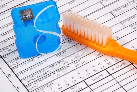 Photo pour Formulaire dentaire avec les concepts de la brosse à dents de la hausse du coût des soins dentaires - image libre de droit