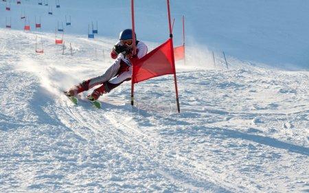 Photo pour Concours sur la montagne ski, slalom parallèle - image libre de droit