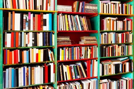 Photo pour Coup d'angle d'étagère à livres avec grande collection - image libre de droit