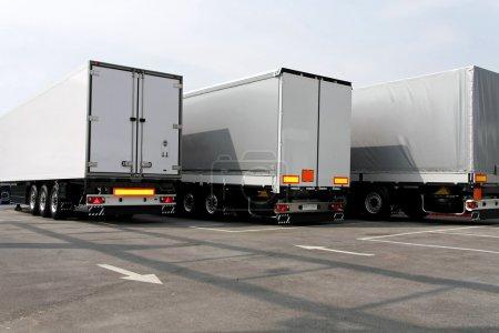 Photo pour Trois grandes remorques de camion de couleur grise - image libre de droit