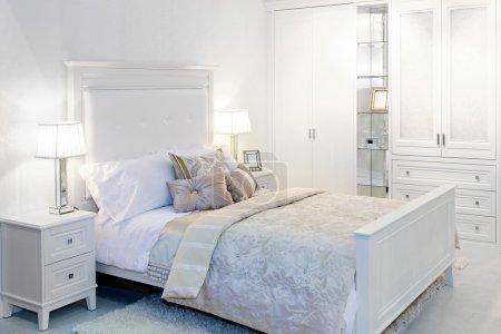 Photo pour Elégante chambre blanche fantaisie avec lit double - image libre de droit