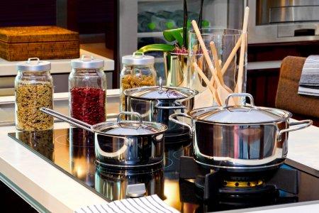 Photo pour Pots d'argent sur un réchaud à l'intérieur de la cuisine moderne - image libre de droit
