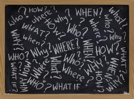 Photo pour Qui, quoi, pourquoi, comment, où, quand, que se passe-t-il si questions - blanches craie écriture sur tableau noir - image libre de droit