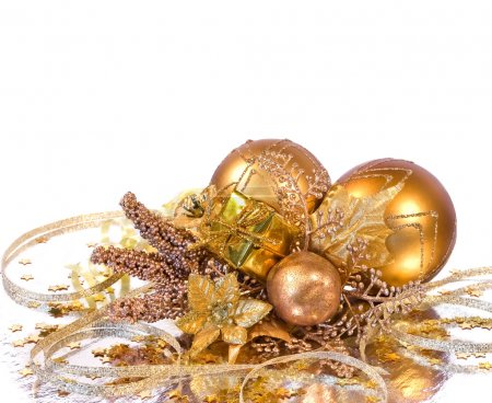 Photo pour Branche décoration - or Christmas baubles, fleur, boîte de cadeau et autres ornements - image libre de droit