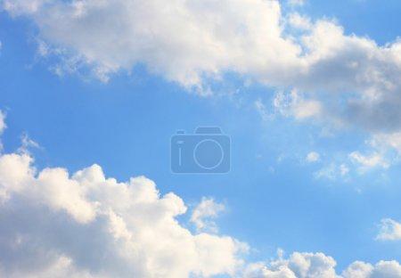 Foto de Verano brillantemente-azul cielo con nubes blancas - Imagen libre de derechos