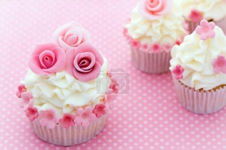 Photo pour Cupcakes décorés avec des roses de sucre rose - image libre de droit