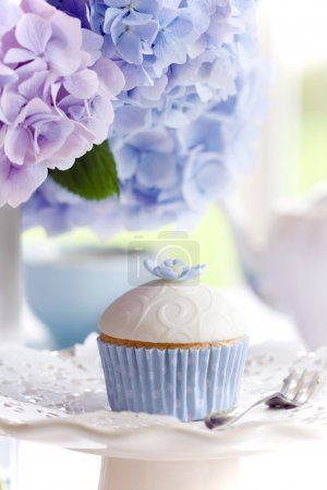 Foto de Té de la tarde servido con un pastelito gourmet - Imagen libre de derechos