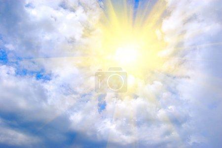 Foto de Brillante sol amarillo sobre fondo azul cielo - Imagen libre de derechos