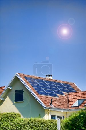 Foto de Panel solar sobre cielo azul y sol brillante - Imagen libre de derechos