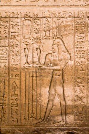 Photo pour Gros plan sur les hiéroglyphes antiques dans le temple égyptien - image libre de droit