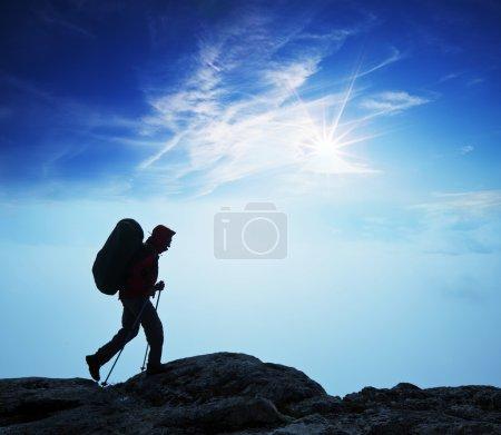 Photo pour Randonneur en montagne - image libre de droit