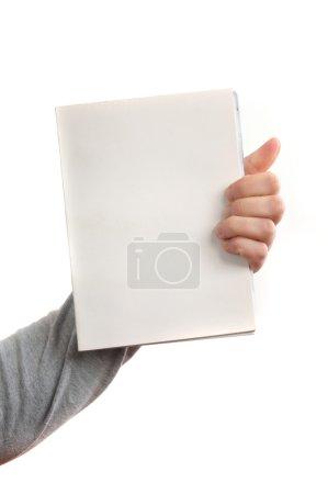 Photo pour Main tenant un livre avec couvertures vierges - image libre de droit