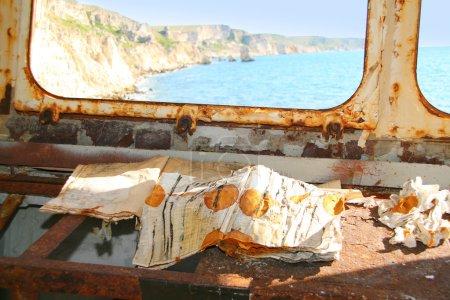 Foto de Naufragio. viejo diario en nave dañada oxidado - Imagen libre de derechos
