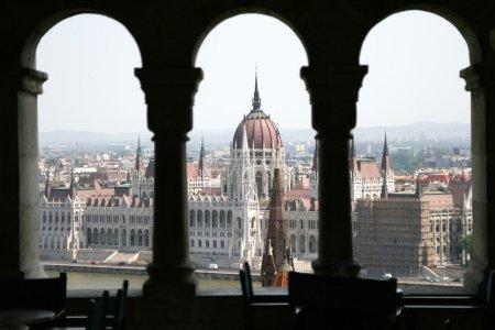 Photo pour Vue sur le Palais du Parlement de Budapest - image libre de droit