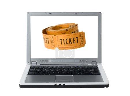 Photo pour Ordinateur portable blanc montrant un rouleau de billets sur l'écran - image libre de droit
