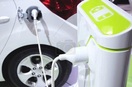Photo pour Voiture énergie verte avec batterie - image libre de droit