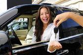 Geschäftsfrau erhalten Schlüssel Ihres neuen Off-Road