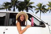 Autovermietung: glückliche Frau in ihrem Auto in der Nähe der Beac