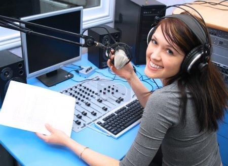 Photo pour DJ radio dans le studio de radiodiffusion - image libre de droit