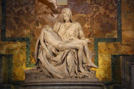 Photo pour Une des œuvres les plus célèbres de Michel-Ange : Pieta dans la basilique Saint-Pierre au Vatican - image libre de droit