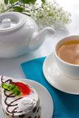 šálek čaje a dort