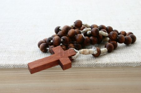 Photo pour Rosaire sur la Bible - image libre de droit