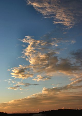 Photo pour Des nuages d'été incroyables se forment sur un horizon - image libre de droit